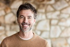 Portret Dojrzały mężczyzna ono Uśmiecha się Przy kamerą zdjęcia royalty free