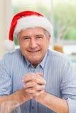 Portret dojrzały mężczyzna w Santa kapeluszu z rękami wpólnie Zdjęcia Royalty Free