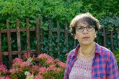 Portret dojrzała kobieta w ogródzie Zdjęcia Royalty Free