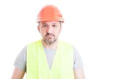 Portret dojrzały atrakcyjny konstruktor jest ubranym zbawczego equipme Fotografia Royalty Free