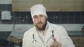 Portret doktorska reklama butelka pigułki przy kamerą 4K zdjęcie wideo