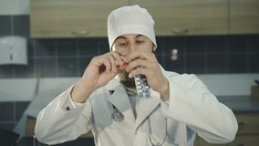Portret doktorska reklama niektóre pigułki kamera 4K zdjęcie wideo