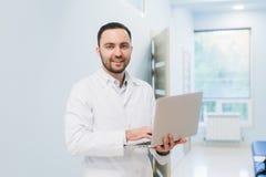 Portret Doktorski mienie laptop, Indoors Zdjęcia Stock