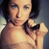 Portret donkerbruin leuk meisje met blauwe ogen Royalty-vrije Stock Foto's