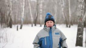 Portret dorosła kobieta przychodzi kamera w zimie zbiory wideo