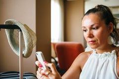 Portret dorosła kobieta używa smartphone zdjęcia royalty free