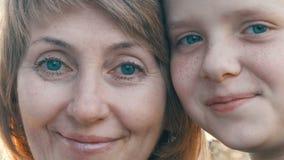 Portret dorosła w średnim wieku matka i jej nastoletni syn zdjęcie wideo