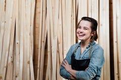 Portret dorosłej kobiety cieśla w fartuchu Przeciw tłu drewniane deseczki Obrazy Stock