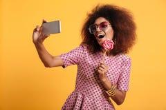 Portret dosyć śmia się afro amerykańska kobieta Fotografia Royalty Free