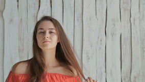 Portret dosyć, młoda i zmysłowa kobieta bez makijażu, zdjęcie wideo