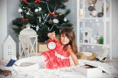 Portret dosyć mała brunetki dziewczyna trzyma czerwonego alarmowego cl obraz stock
