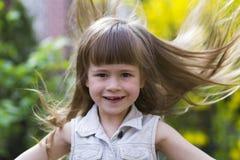 Portret dosyć mała długowłosa blond preschool dziewczyna wewnątrz zdjęcia royalty free