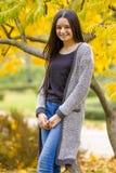 Portret dosyć nastoletnia dziewczyna w jesień parku Fotografia Royalty Free