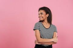 Portret dosyć ono uśmiecha się afrykańska dziewczyna patrzeje daleko od Obraz Stock