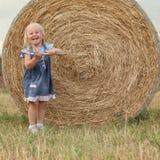 Portret dosyć szczęśliwa rozochocona mała dziewczynka Zdjęcia Royalty Free