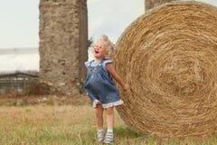 Portret dosyć szczęśliwa rozochocona mała dziewczynka Obraz Stock