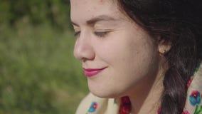 Portret dosyć tłuściuchny kobiety obsiadanie w trawie obwąchuje smakowitego chlebowego narządzanie jeść Tradycji pojęcie, związek zdjęcie wideo