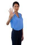 Portret dotyka niewidzialnego ekran bizneswoman Zdjęcia Royalty Free