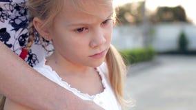 Portret droevig meisje stock footage