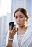 Portret droevige het bedrijfsvrouw typen sms telefoonstraat Stock Foto's