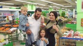 Portret duża szczęśliwa rodzina w supermarkecie, pokazują ich kciuk w górę zdjęcie wideo
