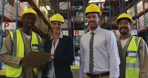 Portret dwóch menedżerów i dwóch pracowników magazynu 4k zdjęcie wideo