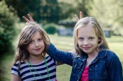 Portret dwa ślicznej małej dziewczynki cieszy się lato outdoors Obraz Royalty Free