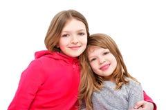 Portret dwa ślicznej uśmiechniętej dziewczyny Obrazy Royalty Free
