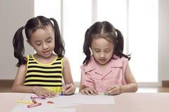 Portret dwa azjata małej dziewczynki remis na prześcieradle papier Obrazy Stock