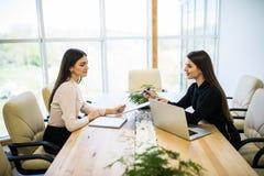 Portret dwa biznesowa kobieta pracuje w biurze z komputerem Fotografia Stock