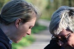 Portret dwa damy szuka w torbie obraz stock