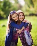 Portret dwa eleganckiej siostry outdoors Obrazy Stock