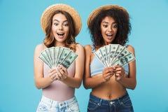 Portret dwa excited kobiety z różnym typ skóry wearin fotografia royalty free