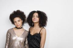 Portret dwa kobiety przeciw biel ścianie Zdjęcia Royalty Free