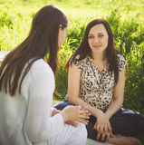 Portret dwa kobiety przy pinkinem w wiosna parku Fotografia Stock