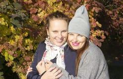 Portret dwa kobiety zbliża jesieni drewno Fotografia Stock