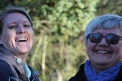 Portret dwa kolega damy w natury śmiać się zdjęcia stock