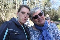 Portret dwa kolega damy w naturze zdjęcie royalty free