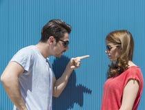 Portret dwa ludzie, mężczyzna i kobieta, kobieta obsługiwać wskazywać fi obrazy stock