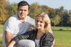 Portret dwa młodzi ludzie ono uśmiecha się przy kamerą outdoors Fotografia Royalty Free
