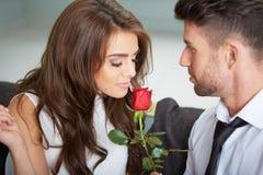 Portret dwa młodzi ludzie trzyma róży Zdjęcie Royalty Free