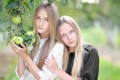 Portret dwa młodej dziewczyny dziewczyny Obrazy Stock