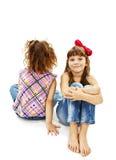 Portret dwa małej dziewczynki siedzi z powrotem popierać i ono uśmiecha się zdjęcia royalty free