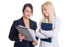 Portret dwa młodego bizneswomanu przy akcydensowym wywiadem. Zdjęcie Royalty Free