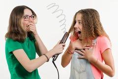Portret dwa nastoletniej dziewczyny robi fryzurze w domu Zdjęcia Royalty Free