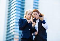 Portret dwa nieszczęśliwy, zawodzić biznesowe kobiety czyta som Zdjęcia Stock