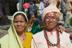 Portret dwa niezidentyfikowanego pielgrzyma przy ulicą w Orcha, India Zdjęcie Royalty Free