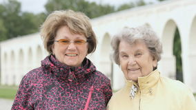 Portret dwa one uśmiechają się dorosłej kobiety outdoors zdjęcie wideo
