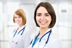 Portret dwa pomyślnej kobiety lekarki Obrazy Stock
