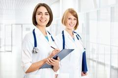 Portret dwa pomyślnej kobiety lekarki Obraz Stock